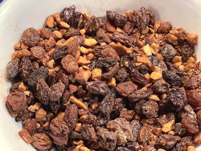 mix cinnamon sugar raisins and almonds in a bowl