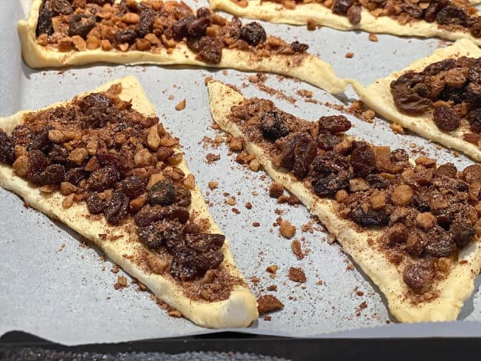 fill the dough with nuts and raisins