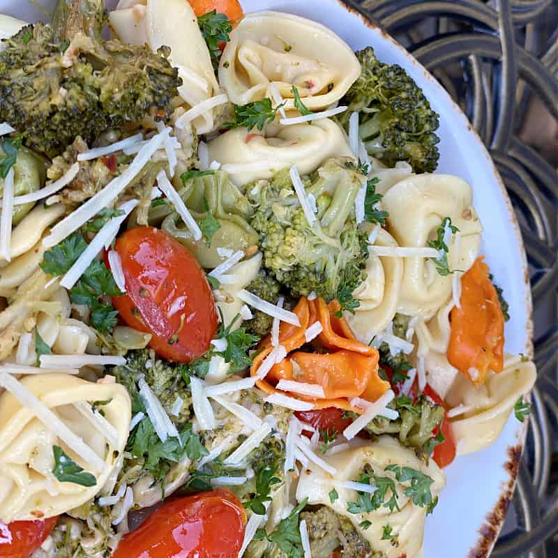 Cheese tortellini with broccoli and tomatoes